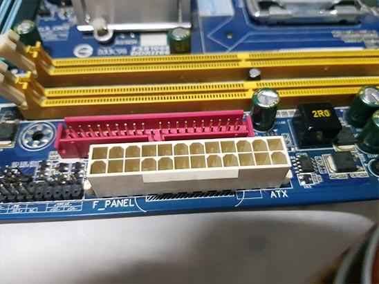 conector-placa-mae Instalando uma Fonte Externa no MSX Hotbit da Sharp