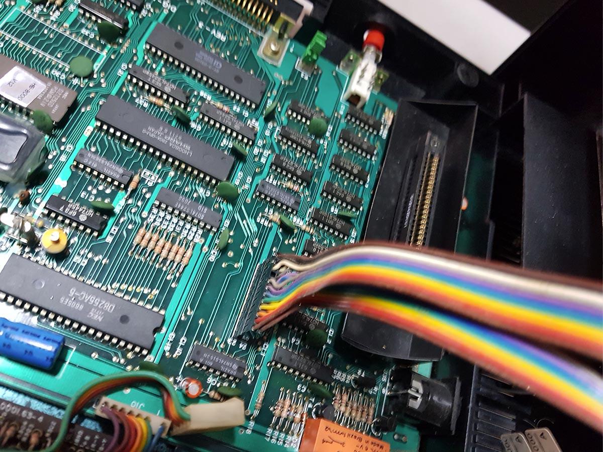 hotbit-preto-conector-teclado Instalando uma Fonte Externa no MSX Hotbit da Sharp